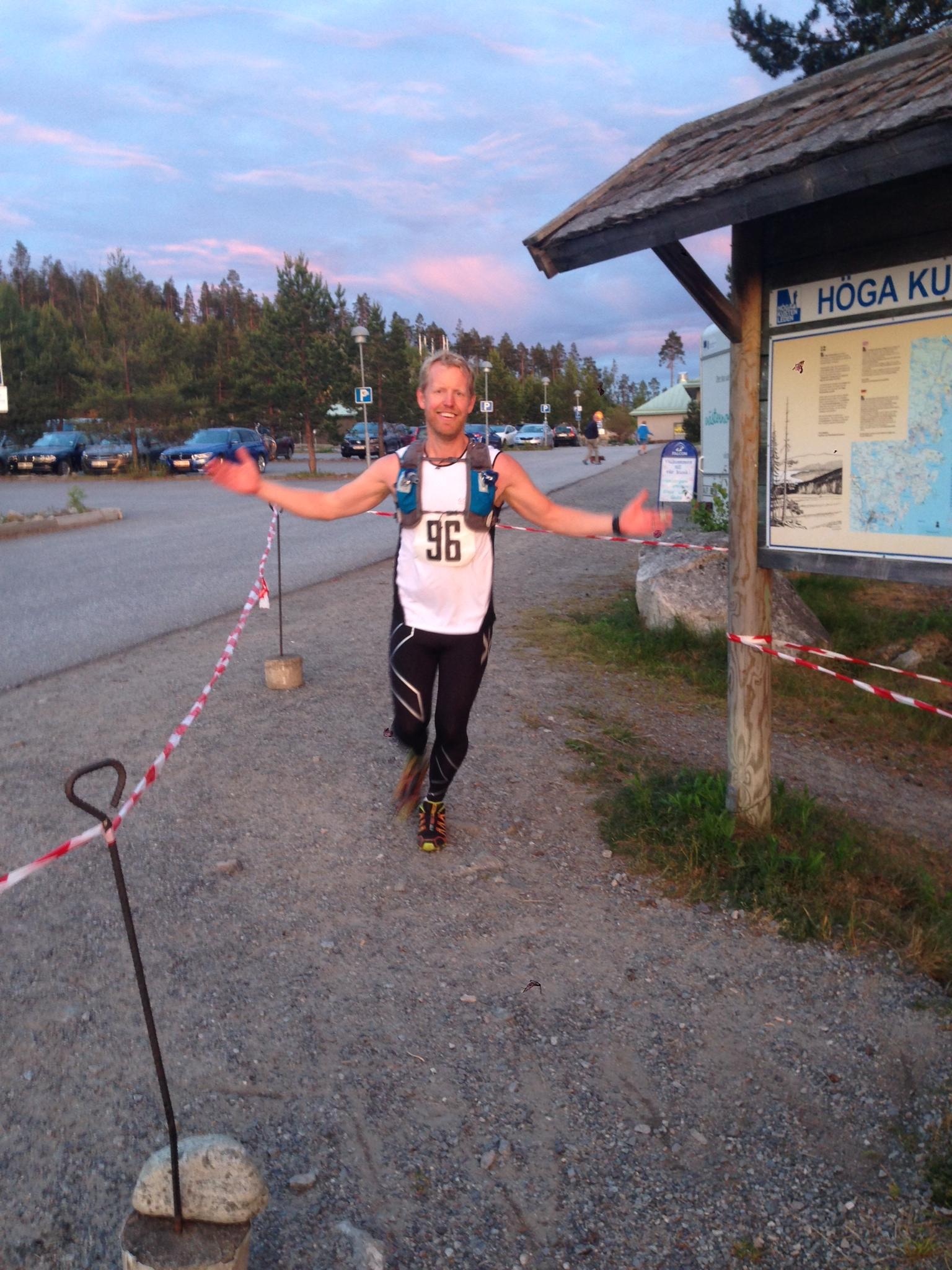 Daniel kommer i mål på tiden 22:48.